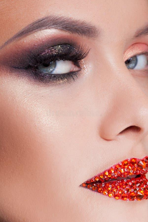 Ljus ögonmakeup och röda kanter i bergkristaller Smokey ögon, kulör ögonskugga fotografering för bildbyråer
