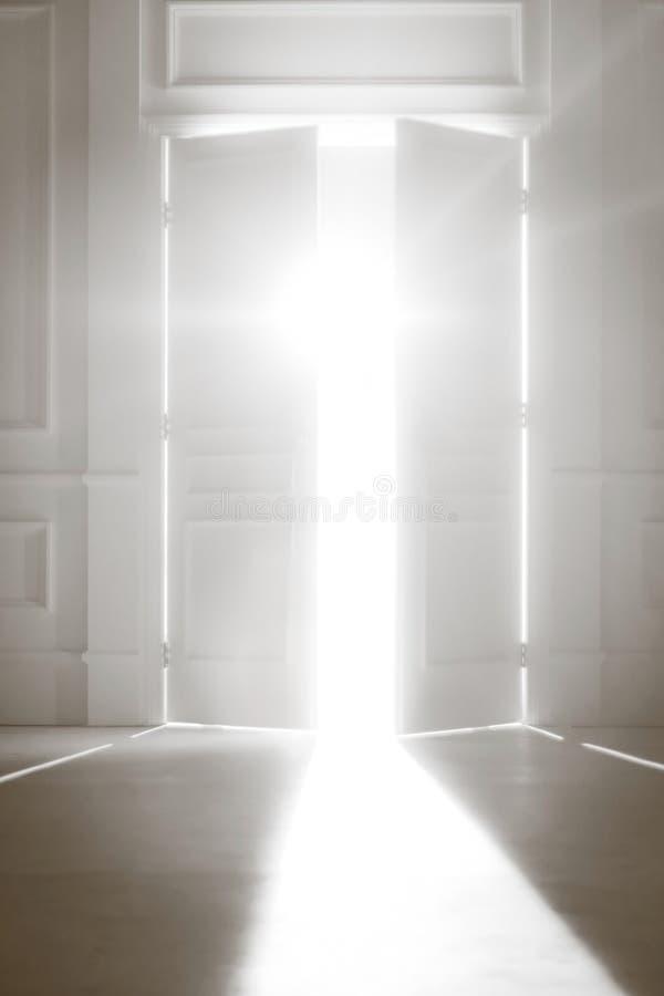 ljus öppnad dörrlampa fotografering för bildbyråer