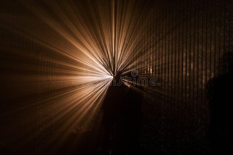 Ljus abstrakt projektion F?rgrika ljusa str?lar royaltyfri foto