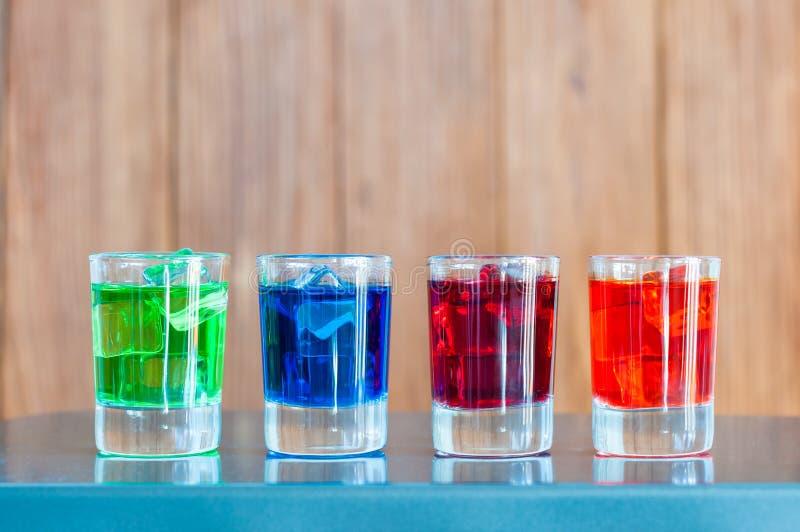 Ljus alkoholdrink- eller bärcoctail in arkivfoton