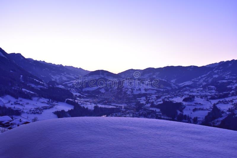 Ljus alpin solnedgång arkivbild