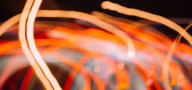 Ljus av bilar i slutare för långsam hastighet som det abstrakta fotoet arkivfoto