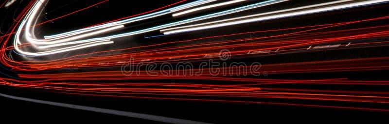 Ljus av bilar med natt exponering long royaltyfria bilder