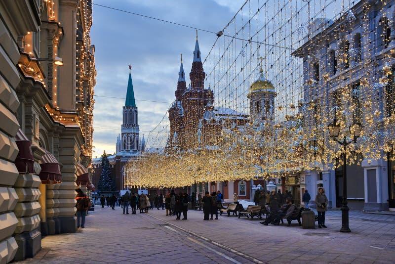 Ljus av den gångareNikolskaya gatan i skymning royaltyfri fotografi