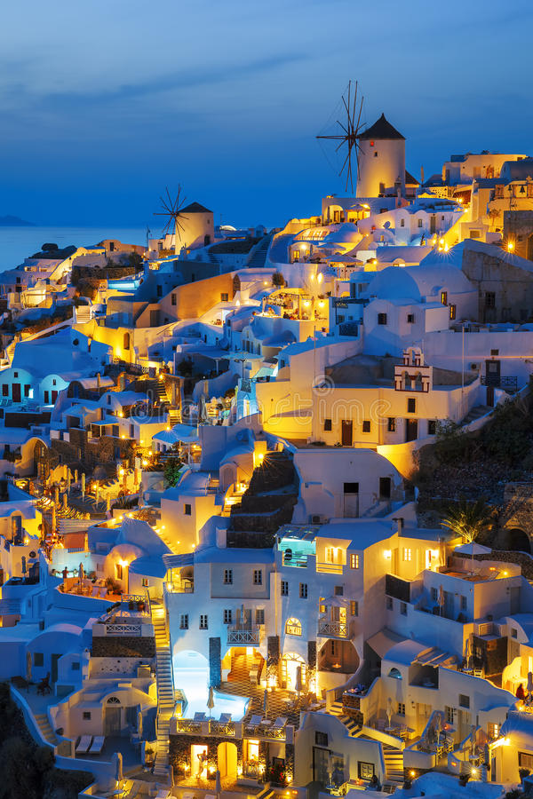 Ljus av den Oia byn på natten royaltyfria foton