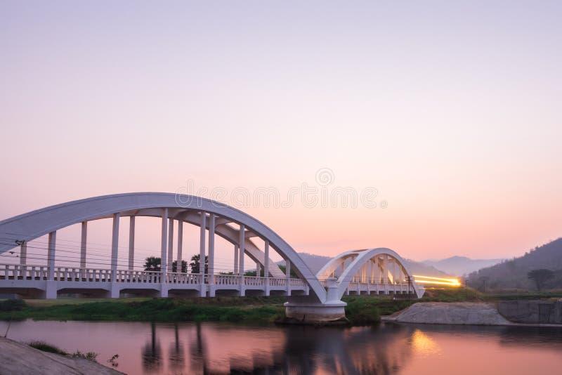 Ljus av drevet på morgonen på den vita bron fotografering för bildbyråer