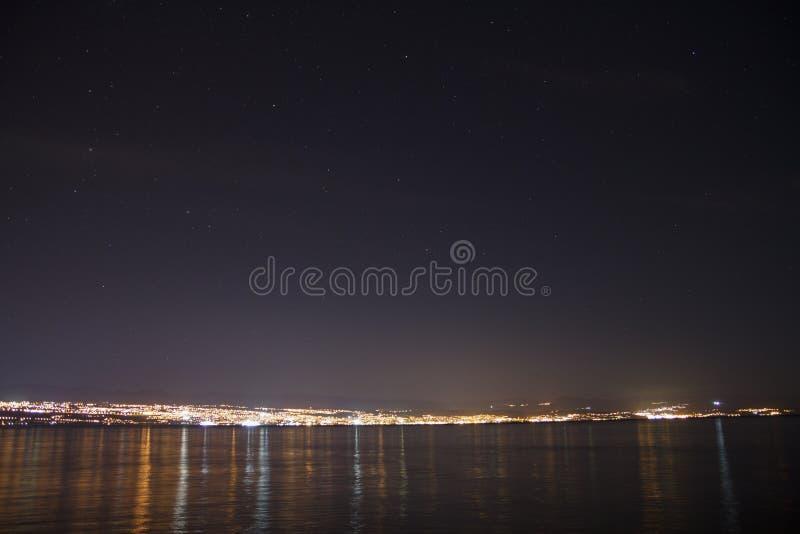 Ljus av Rijeka, Kroatien under natthimmel royaltyfri fotografi