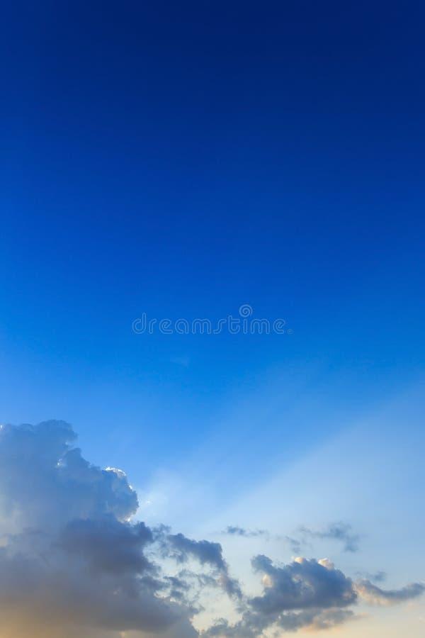 Ljus av solstrålar till och med moln, ljusa strålar på dramatisk solnedgång arkivfoton
