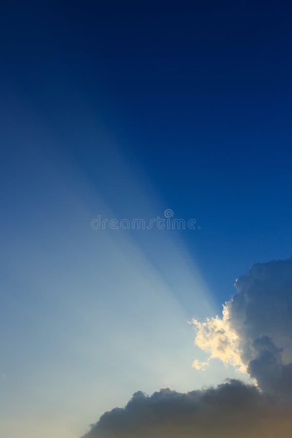 Ljus av solstrålar till och med moln, ljusa strålar på dramatisk solnedgång royaltyfri fotografi