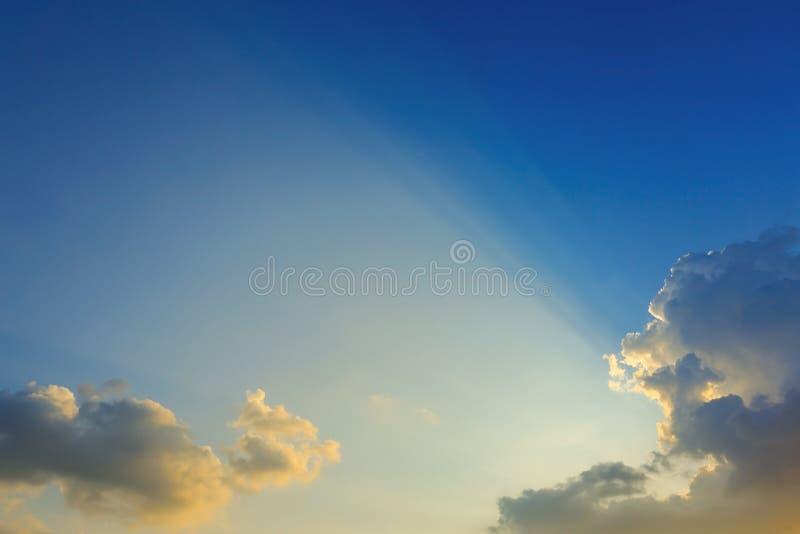 Ljus av solstrålar till och med moln, ljusa strålar på dramatisk solnedgång royaltyfri bild