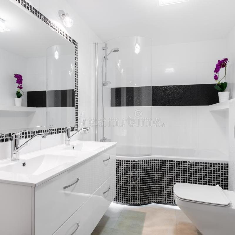 Ljus badruminre med badkaret arkivfoto