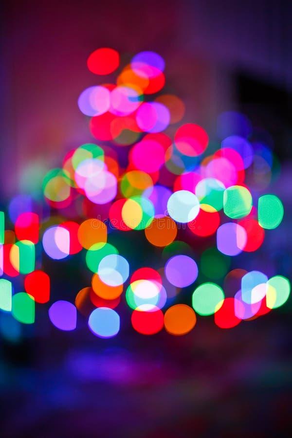 Ljus beröm för suddighet på julträd arkivbild