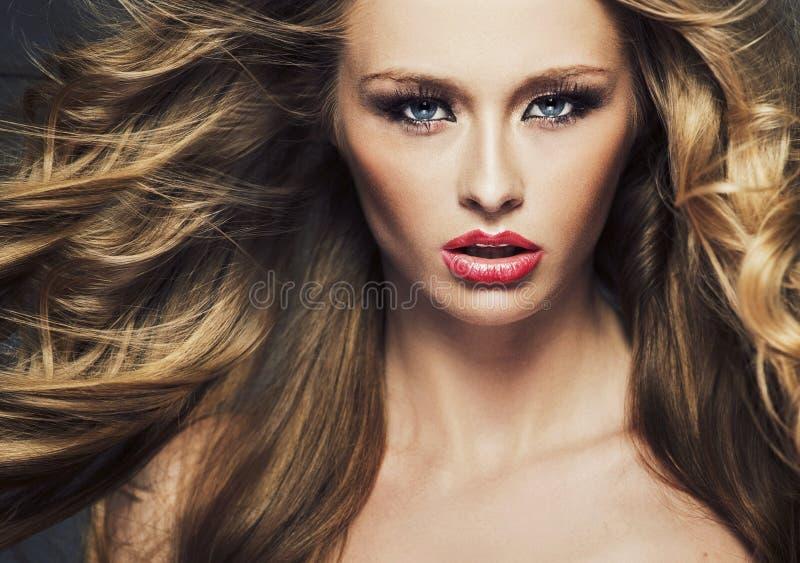 Ljus bild av cutie med långt hår arkivfoton