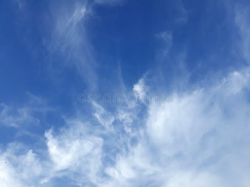 Ljus blå himmel med det vita molnet royaltyfri fotografi