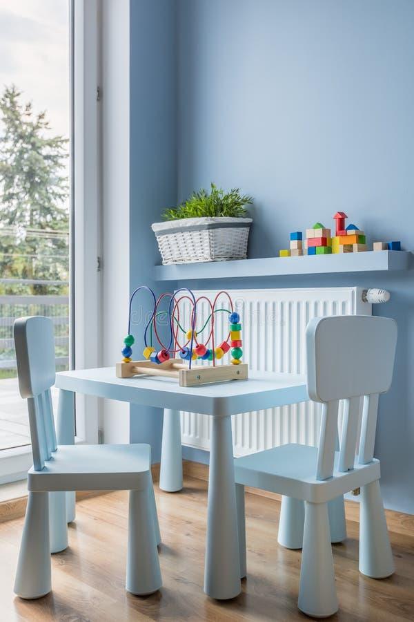Ljus - blå litet barntabell- och stolidé arkivbild