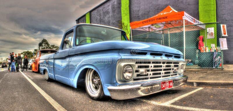 Ljus - blåa Ford väljer upp lastbilen arkivbild