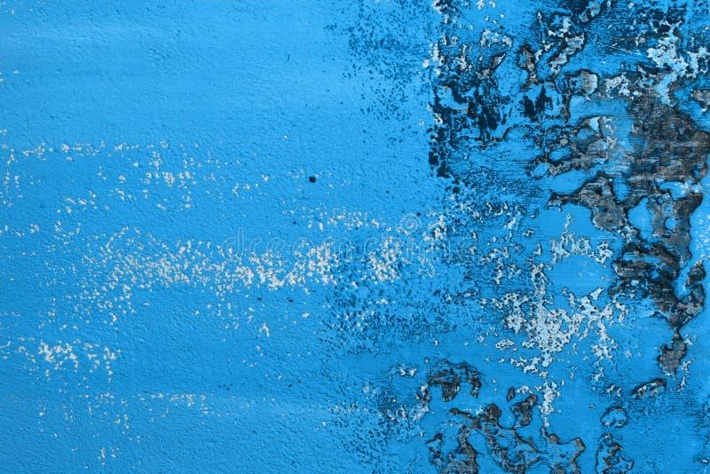 Ljus - blåa stora skador på borstad murbruktextur - fantastisk abstrakt fotobakgrund royaltyfri foto