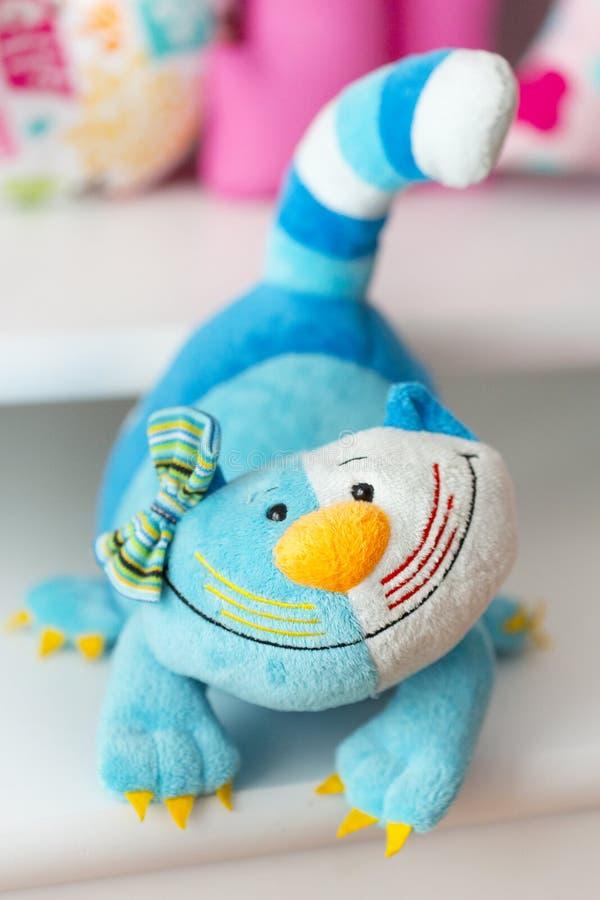 Ljus - blått, mörker - blått, guling, vit färgade leksakkatten royaltyfria foton
