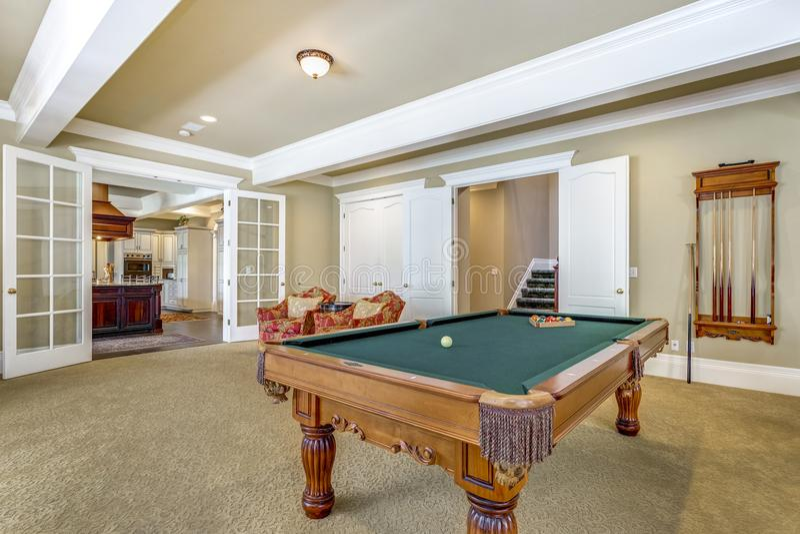 Ljus - brunt modigt rum med billiardtabellen royaltyfria foton