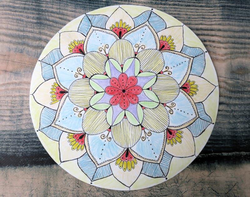 Ljus dekorativ blommamandala som målas med blyertspennor royaltyfri bild