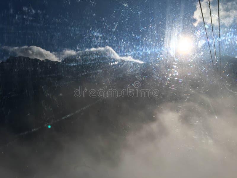Ljus effekt för suddig sol från skrapat fönster royaltyfria foton