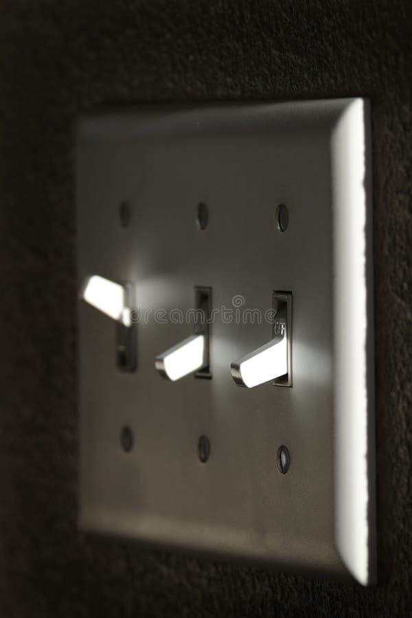 Ljus eller maktströmbrytaren på väggen markerar av och på royaltyfri foto