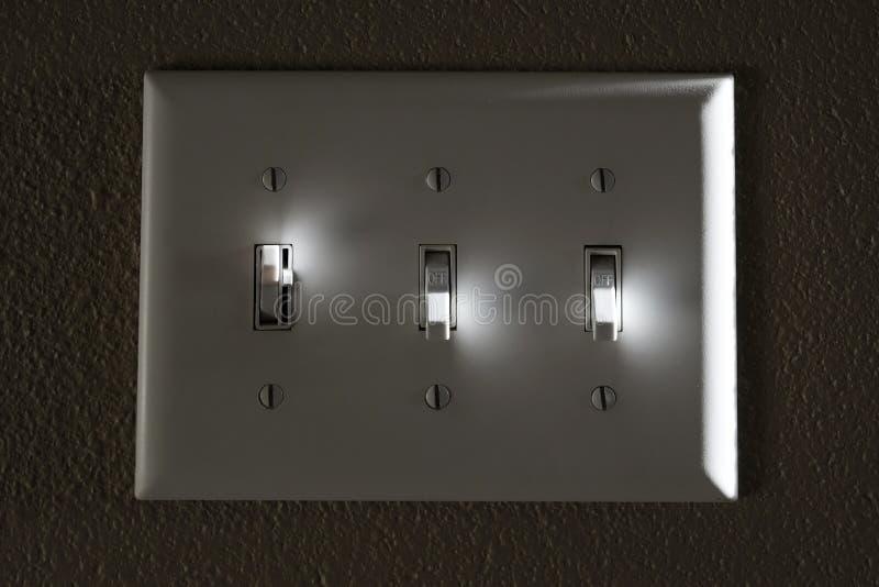 Ljus eller maktströmbrytaren på väggen markerar av och på arkivbild