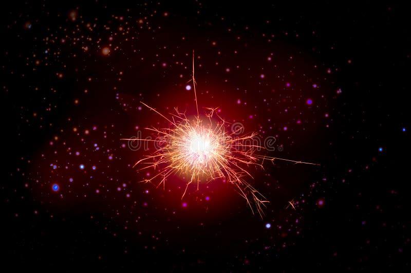 Ljus explosion mot det mörka utrymmet, gnistorna och stjärnorna royaltyfri foto