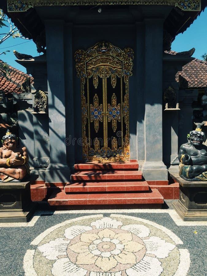 Ljus färgrik Balineseingång med den soliga dagen Indonesien för hinduiska skulpturer arkivbilder