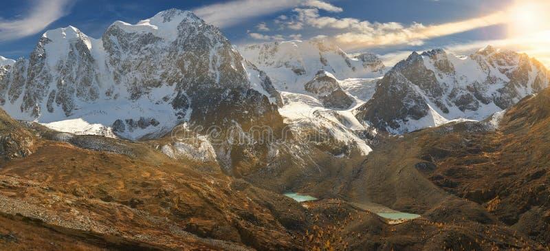 Ljus färgrik gul höstbergsjö, Ryssland, Sibirien, Altai berg, Chuya kant arkivfoton