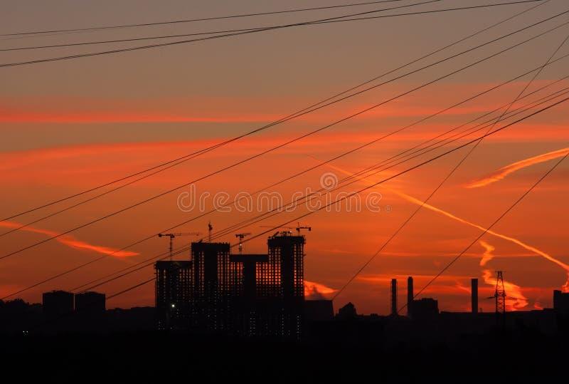 Ljus färgrik solnedgång i stad royaltyfri fotografi