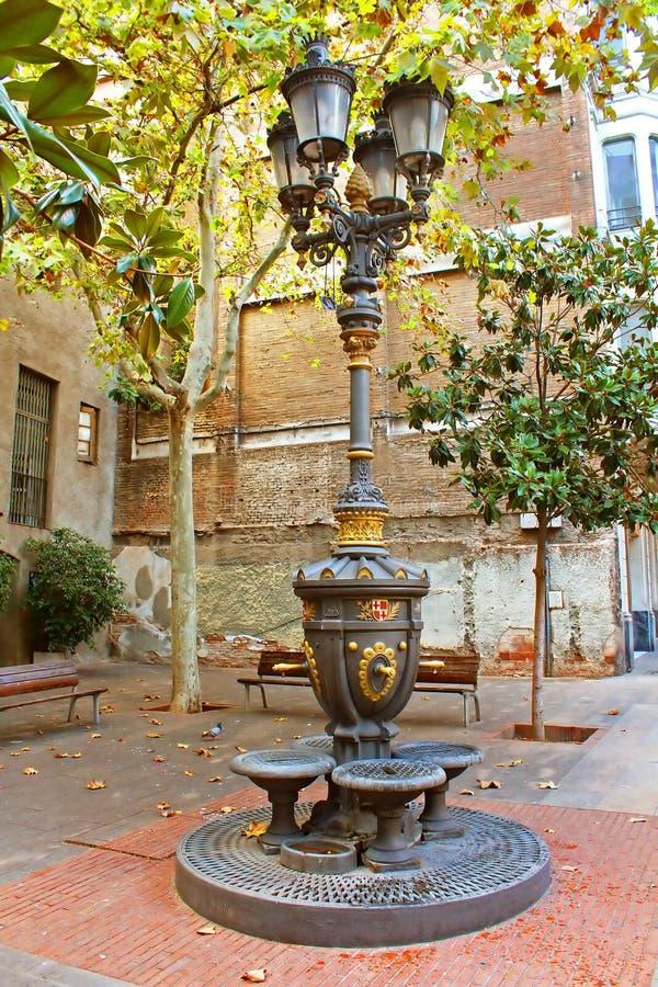 Ljus för antik gata i Barcelona arkivbilder