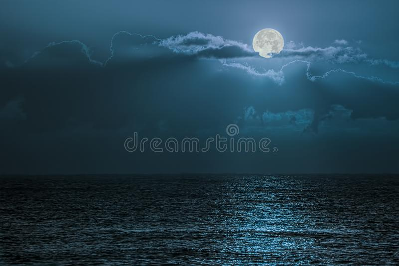 Ljus för blå måne som reflekterar av havet Romantisk skymningmoonligh arkivbild