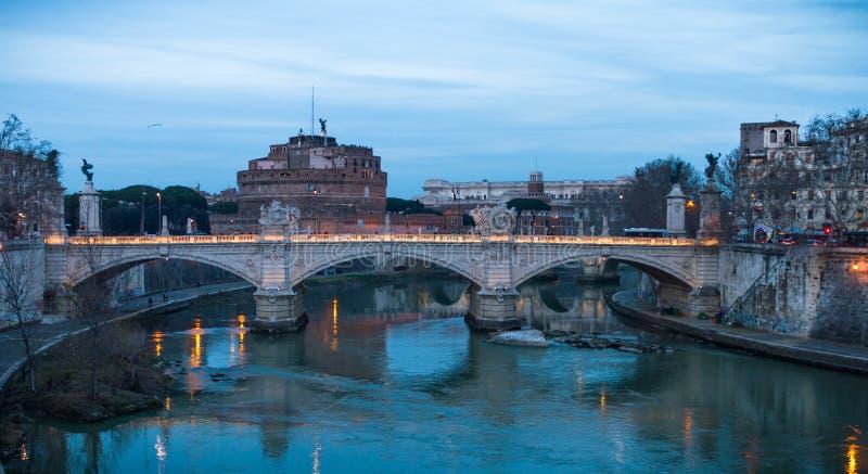 Ljus för Castel Sant `-Angelo afton, Rome arkivbilder