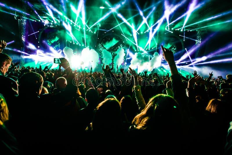Ljus för dans för konsertfolkmassakonfettier arkivfoto
