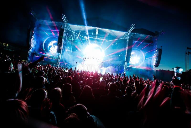 Ljus för dans för konsertfolkmassakonfettier royaltyfri foto