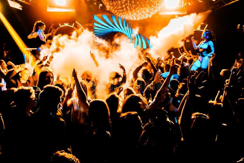 Ljus för dans för konsertfolkmassakonfettier royaltyfri fotografi