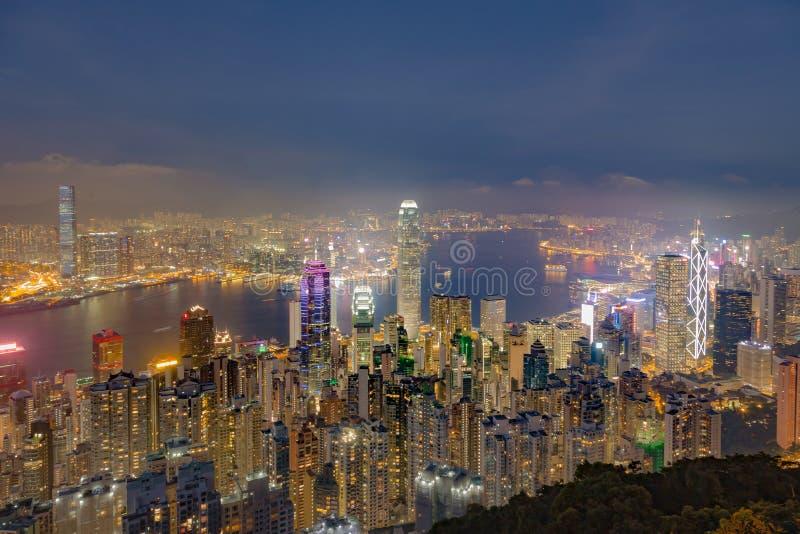 Ljus för Hong Kong stadsnatt på skymning royaltyfri fotografi