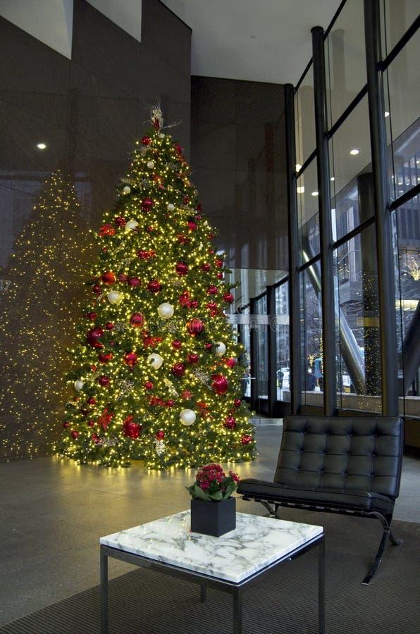 Ljus för julgran för affärsbyggnadslobby royaltyfri fotografi