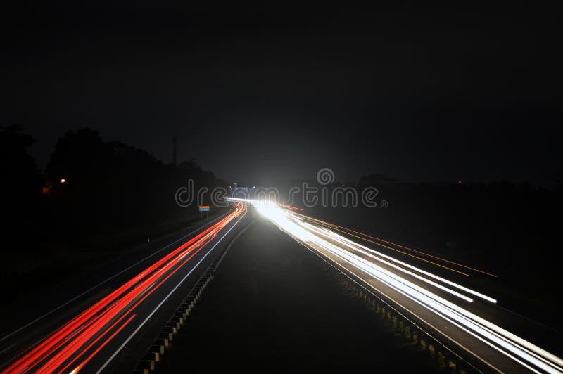 Ljus för motorbil på huvudvägen på natten arkivfoton