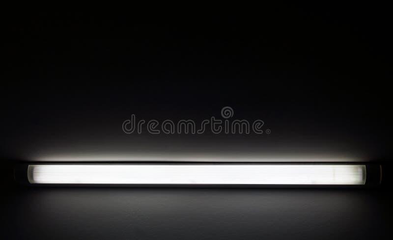 Ljus för neonrör i mörkt rum royaltyfria foton
