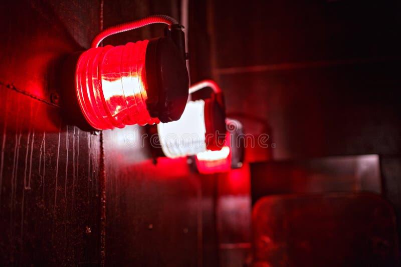 Ljus för röd varning i skyddande bur ombord royaltyfri foto