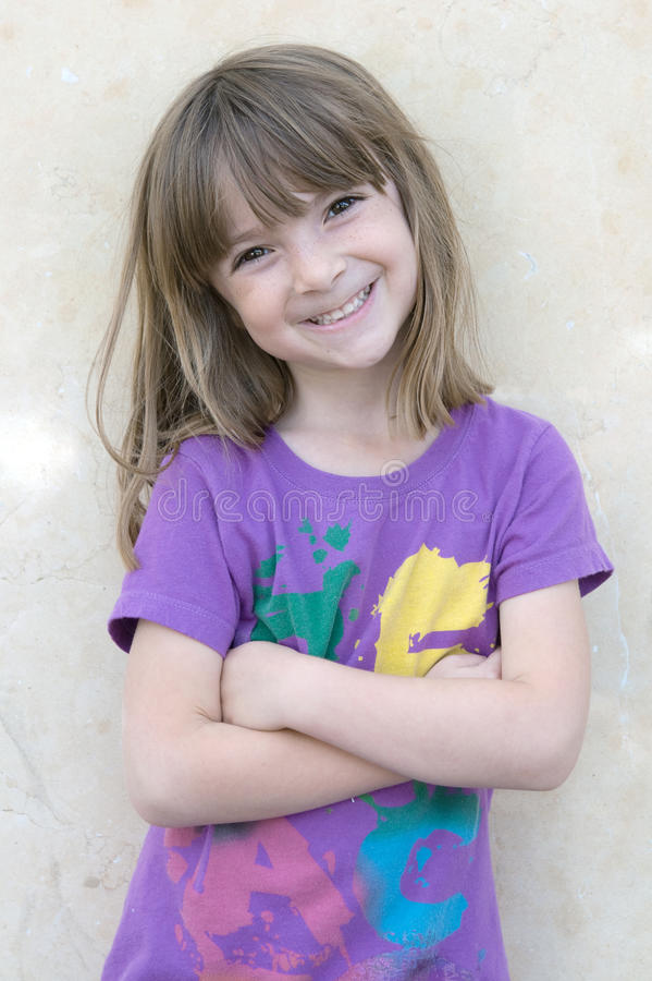 ljus flicka little nätt smil för stående royaltyfria bilder
