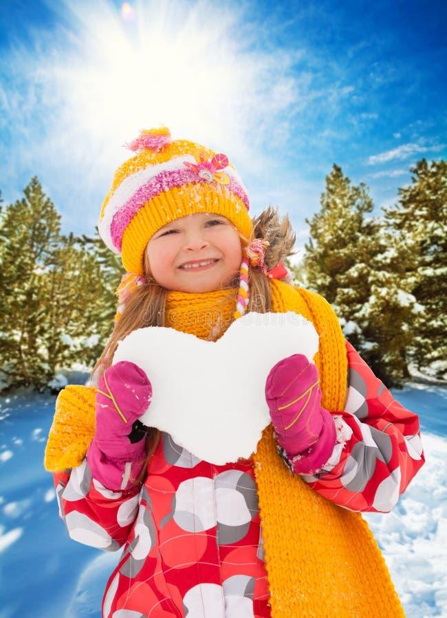 Ljus flicka med snöhjärta arkivbild