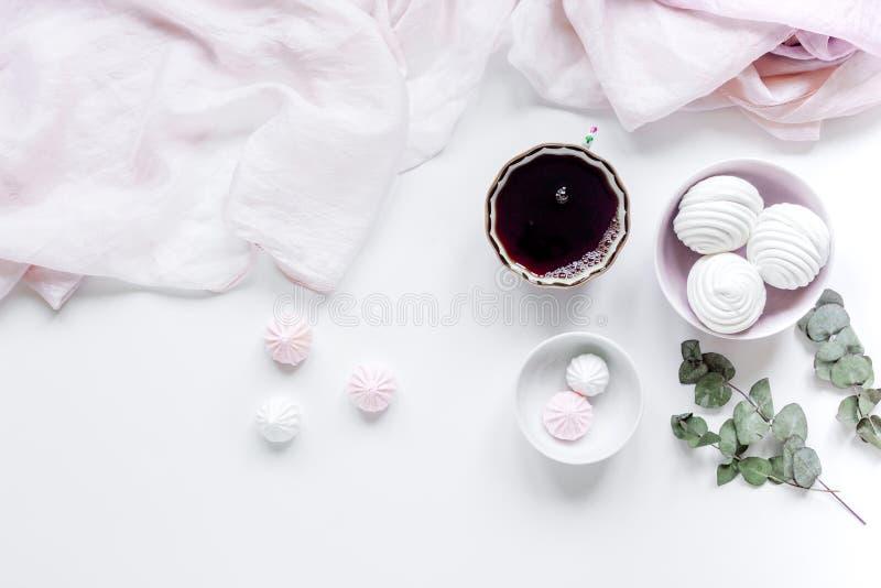 Ljus frukost med träsk-malvan och kaffe på bästa sikt för vit tabellbakgrund arkivbild