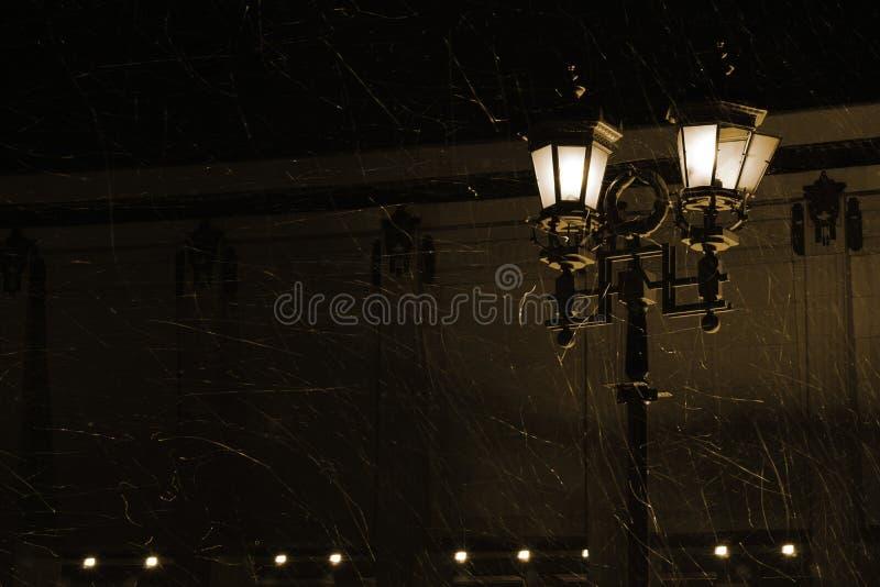 Ljus gatalampa under en snöstorm royaltyfri fotografi