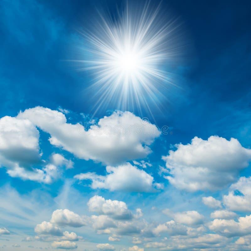 Ljus glänsande sol med vita moln royaltyfria foton