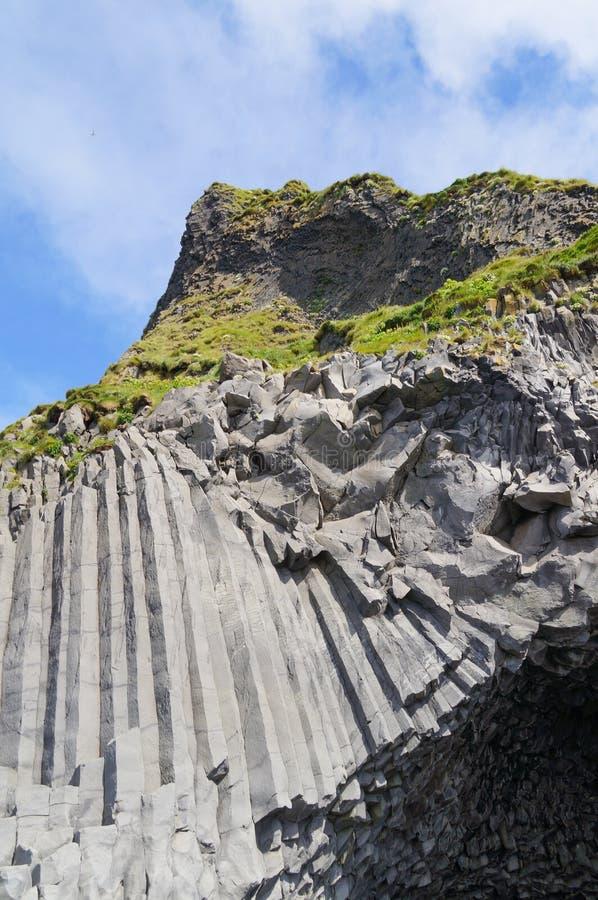 Ljus - gråa basaltkolonner nära den Reynisdrangar stranden, Iceand arkivbilder