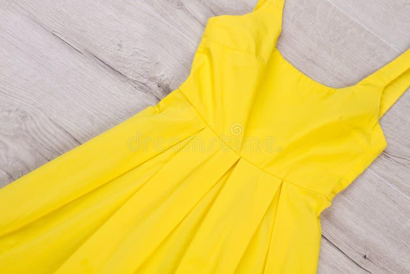 Ljus gul klänning för sommar arkivfoto
