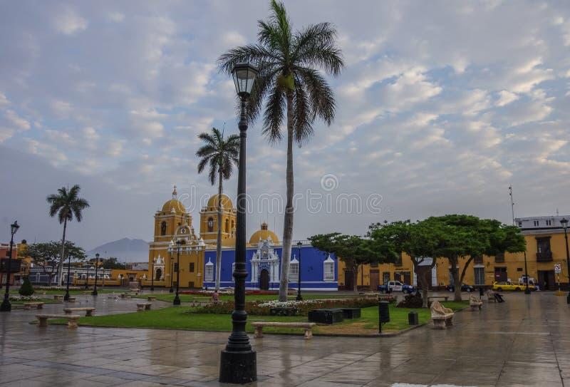 Ljus gul kolonial stildomkyrka i plazaen de Armas av royaltyfri foto